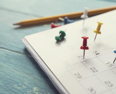 Kalender mit Nadeln