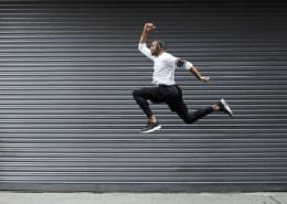 Sportlicher Mann springt